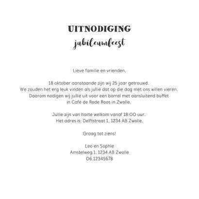 Jubileumkaart uitnodiging hip met houten wegwijzers en foto 3
