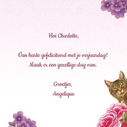 Kat zegt kiekeboe vanuit de bloemenstruik 3