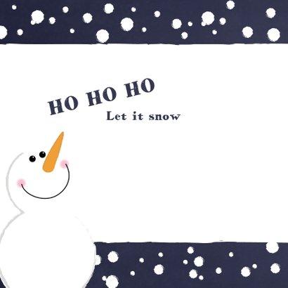 Kerst foto kaart met een schattige sneeuwpop in de sneeuw 2