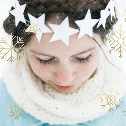 Kerstkaart grote foto, gouden sneeuwvlokken en sneeuw 2