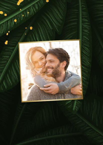 Kerstkaart jungle bladeren met foto en gouden 'christmas' 2