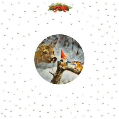 Kerstkaart kabouter voert hert en muis in het winterbos Achterkant