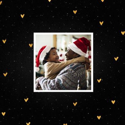 Kerstkaart kerstknuffel met sneeuw en gouden hartjes 2