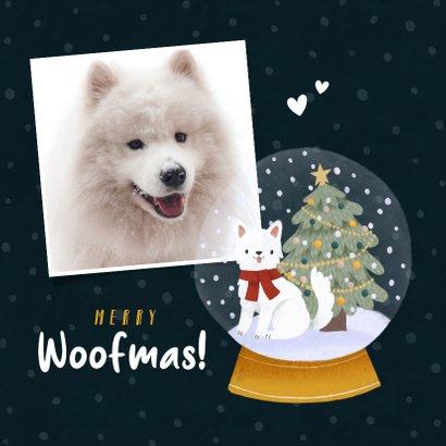 Kerstkaart Merry Woofmas met hondje, kerstboom en sneeuwbol 2
