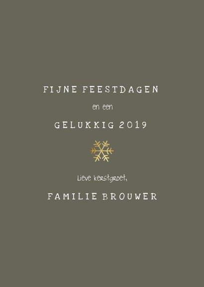 Kerstkaart met gouden confetti kader en speelse typografie 3