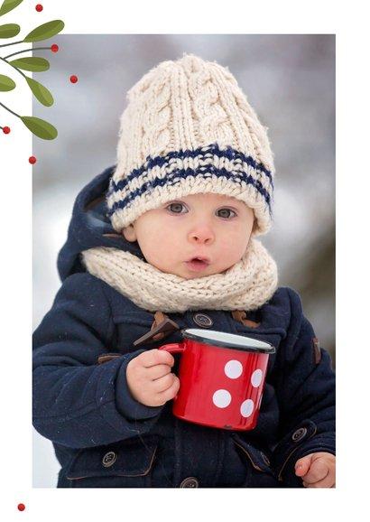 Kerstkaart met grote foto, takjes en rode besjes 2