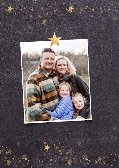 Kerstkaart  met krijtbord achtergrond en gouden sterren 2
