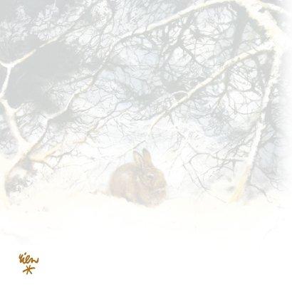 Kerstkaart met lief konijn in winterbos 2
