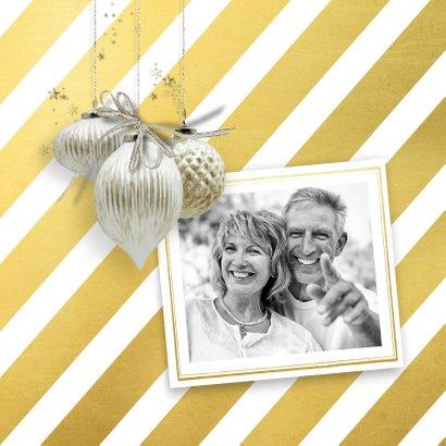 Kerstkaart trendy streep goud witte kerstballen 2