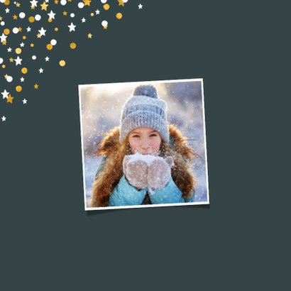 Kerstkaart vierkant gouden sterren met confetti en foto 2