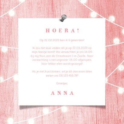 Kinderfeestje uitnodiging houtlook roze lampjes met foto 3