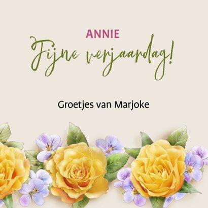 Kleurige verjaardagskaart met krans van gele rozen 3