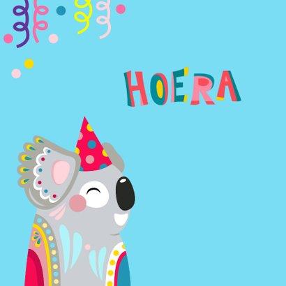 Koala verjaardagskaart met confetti en slingers 2