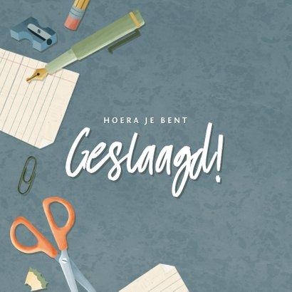 Leuke geslaagd kaart met potloden, papier pennen en schaar  2