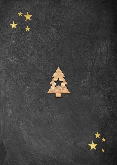 Leuke kerstkaart met houten kerstboom, foto's en krijtbord Achterkant