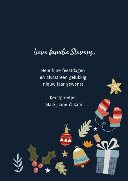 Leuke kerstkaart met vrolijke illustraties en typografie 3