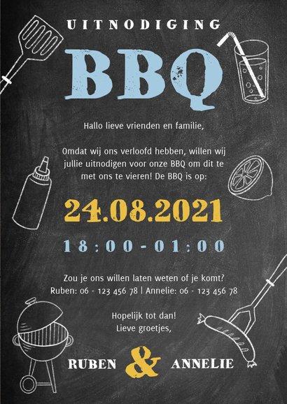 Leuke uitnodiging voor een BBQ met hout, krijtbord en foto's 3