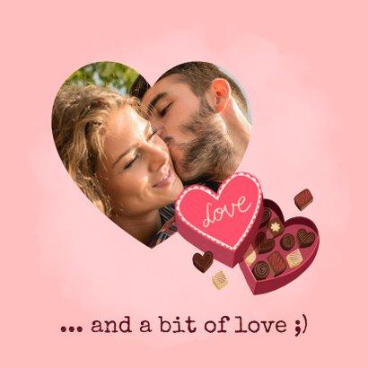Leuke valentijnskaart met hartvormige doos chocolade 2
