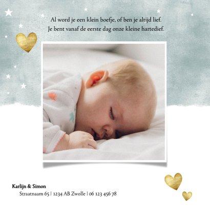 Lief geboortekaartje met blauwe waterverf en gouden hartjes 2