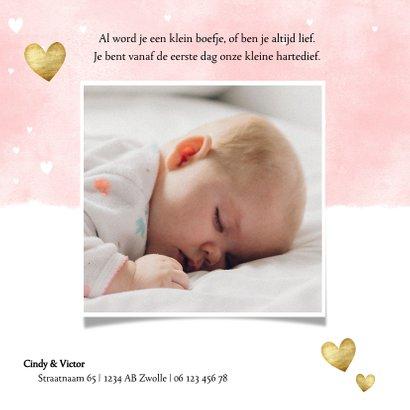 Lief geboortekaartje met roze waterverf en gouden hartjes 2
