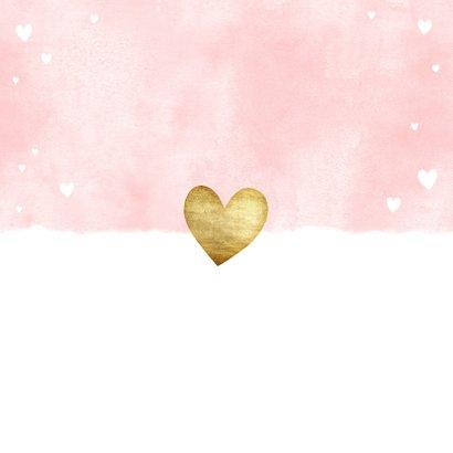 Lief geboortekaartje met roze waterverf en gouden hartjes Achterkant