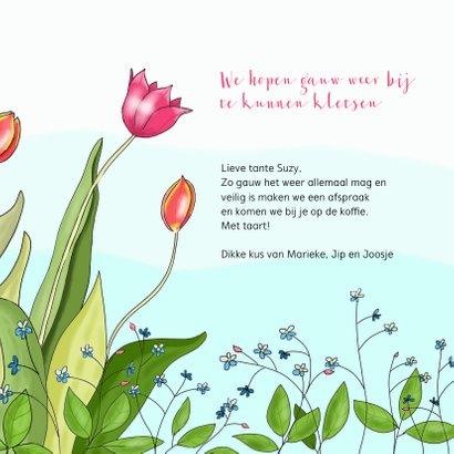 Liefde - knuffelende vosjes tussen de tulpen 3