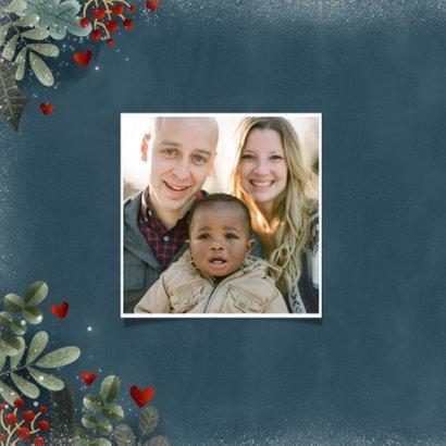 Liefdevolle kerstkaart kerstkrans zuurstok hartje en sneeuw 2