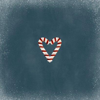 Liefdevolle kerstkaart kerstkrans zuurstok hartje en sneeuw Achterkant