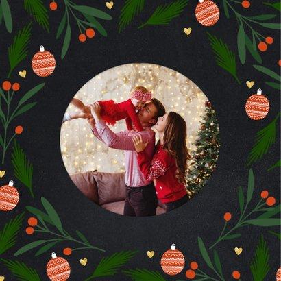 Liefdevolle kerstkaart tekst in hartvorm en kerstelementen 2