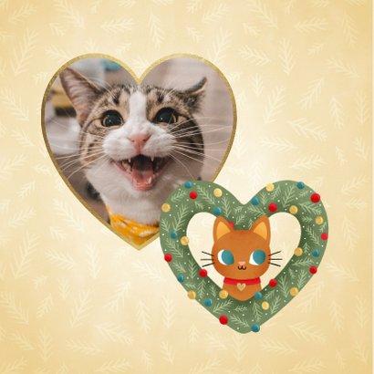 Lieve kerstkaart met kat in hartvormige krans en kerstballen 2
