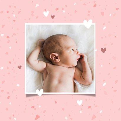 Minimalistisch geboortekaartje met terrazzo-look en hartjes 2