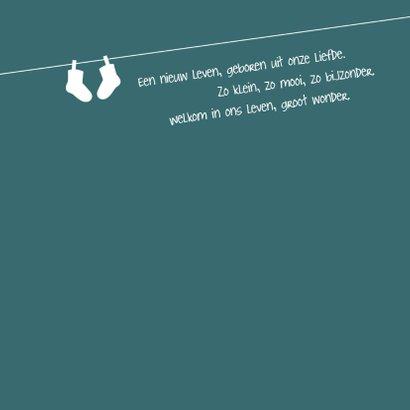 Minimalistische geboortekaart met silhouet van waslijn. 2