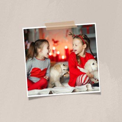 Moderne kerstkaart dikke kerstknuffel en 2 foto's op beige 2