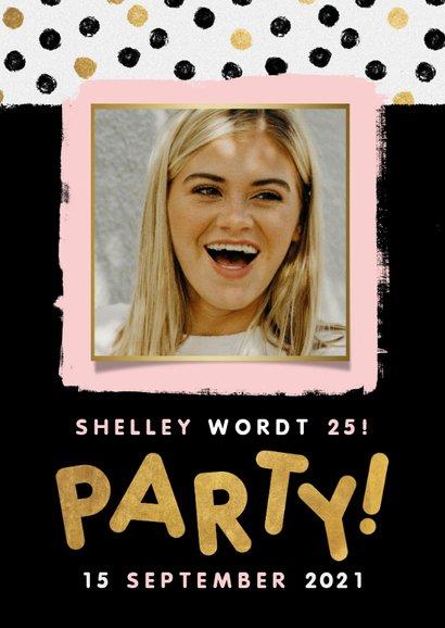 Moderne uitnodiging voor verjaardag met stipjes, verf & foto 2