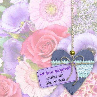 Mooie felicitatiekaart met houten hart op bloemen 3
