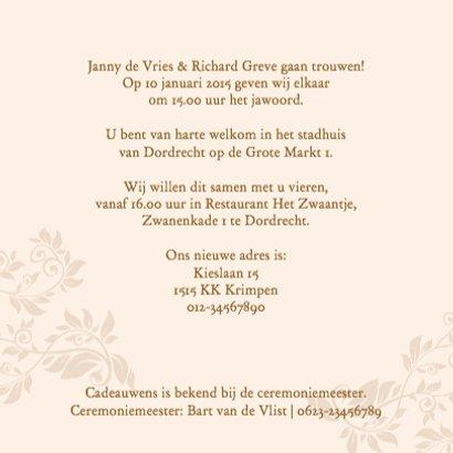 Mooie klassieke trouwkaart met namen in band op kant 3