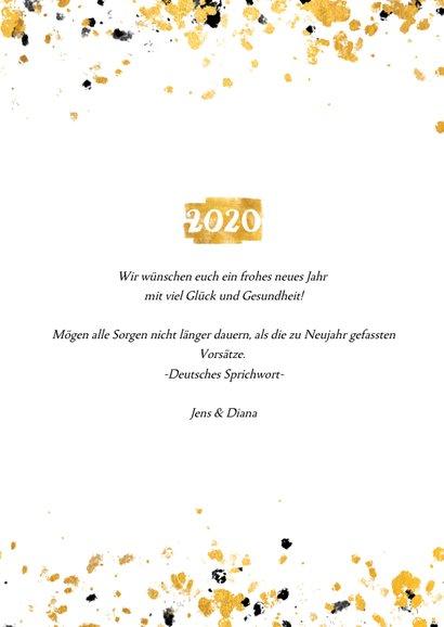 Neujahrskarte goldene Fläche mit 2020 und Konfetti 3