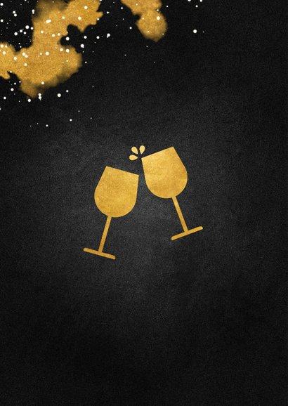 Nieuwjaarsborrel uitnodiging met proostende glazen goud 2