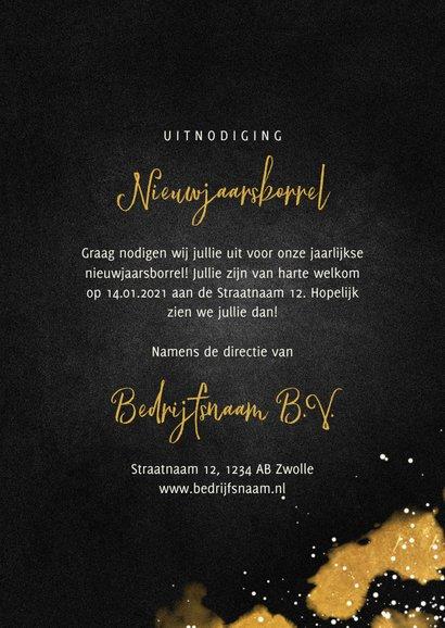 Nieuwjaarsborrel uitnodiging met proostende glazen goud 3
