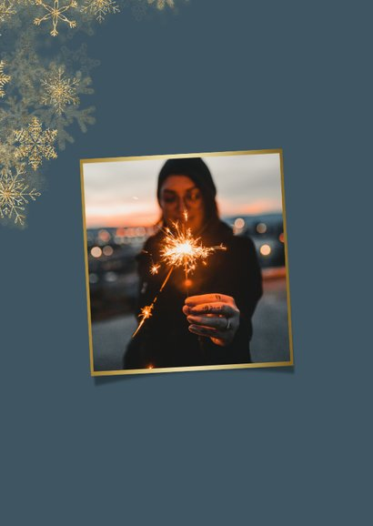 Nieuwjaarskaart grote foto met sneeuwkader en gouden 2021 2