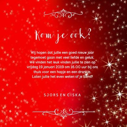 Nieuwjaarskaart met sfeervolle rode achtergrond van sterren 3