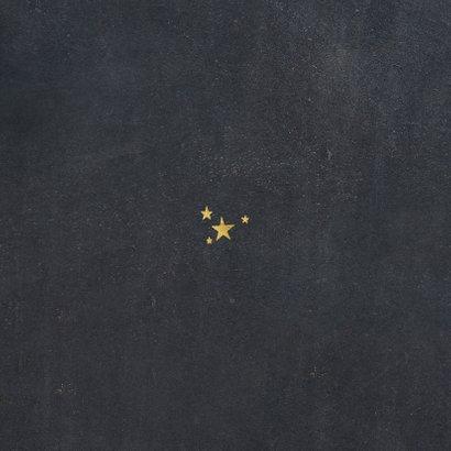 Nieuwjaarskaart typografie met sterren goud Achterkant