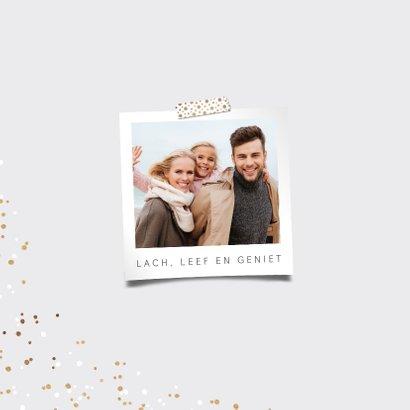 Nieuwjaarskaart typografisch met goudlook confetti 2