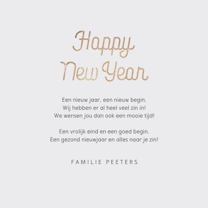 Nieuwjaarskaart typografisch met goudlook confetti 3