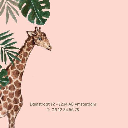 Roze geboortekaartje met giraffe en groene bladeren 2