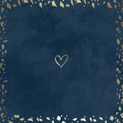 Save the date kaart donkerblauw met terrazzo patroon Achterkant