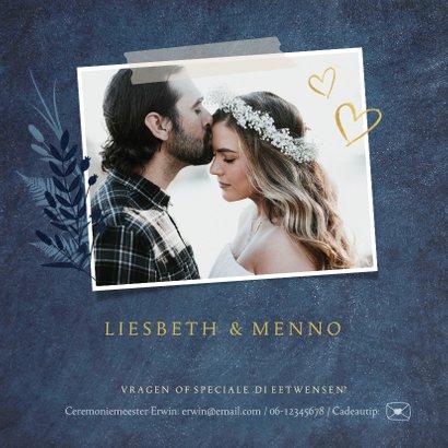 Stijlvolle donkerblauwe trouwkaart met gouden ja en bloemen 2