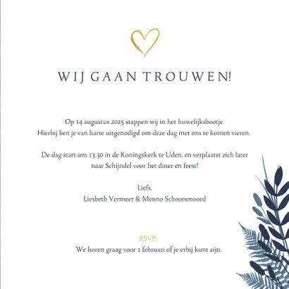 Stijlvolle donkerblauwe trouwkaart met gouden ja en bloemen 3