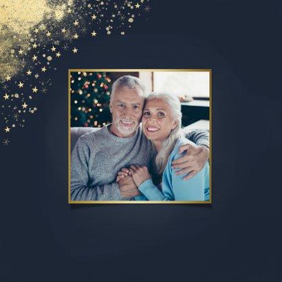 Stijlvolle kerstkaart gouden typo en sterren donkerblauw 2