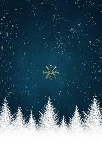 Stijlvolle kerstkaart witte bomen, sneeuwvlokken en foto's Achterkant